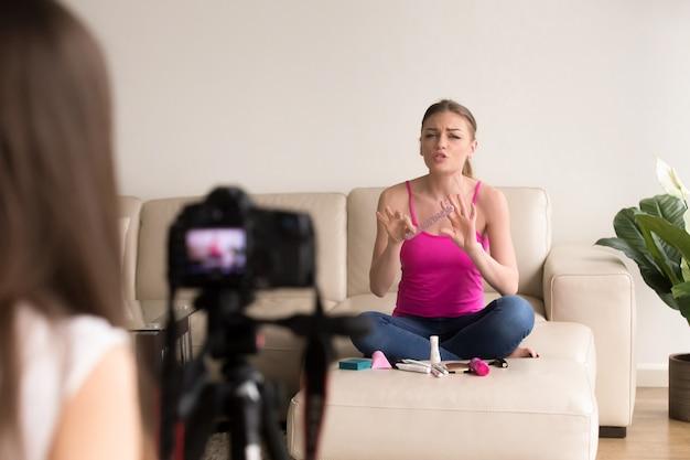 Freundinnen, die schönheits-vlog mit kosmetik aufzeichnen Kostenlose Fotos