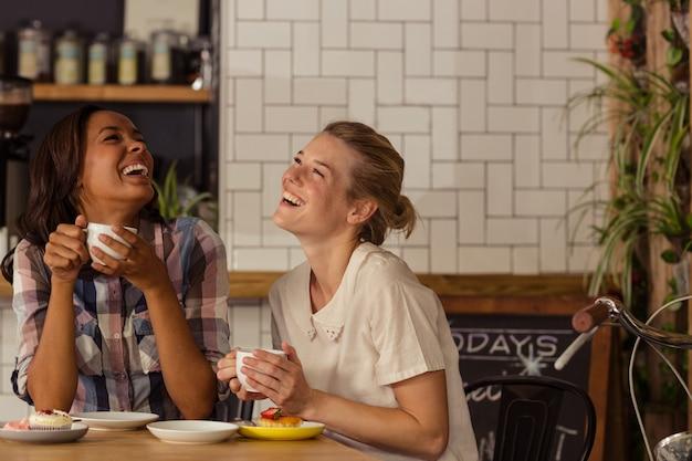 Freundinnen, die spaß beim kaffee haben Premium Fotos