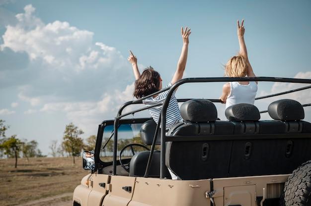 Freundinnen, die spaß haben, mit dem auto zu reisen Kostenlose Fotos