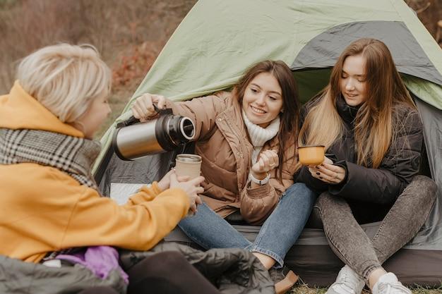 Freundinnen, die tee im zelt trinken Kostenlose Fotos