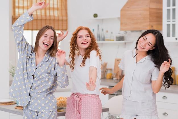 Freundinnen, die zu hause pyjama-party haben Kostenlose Fotos