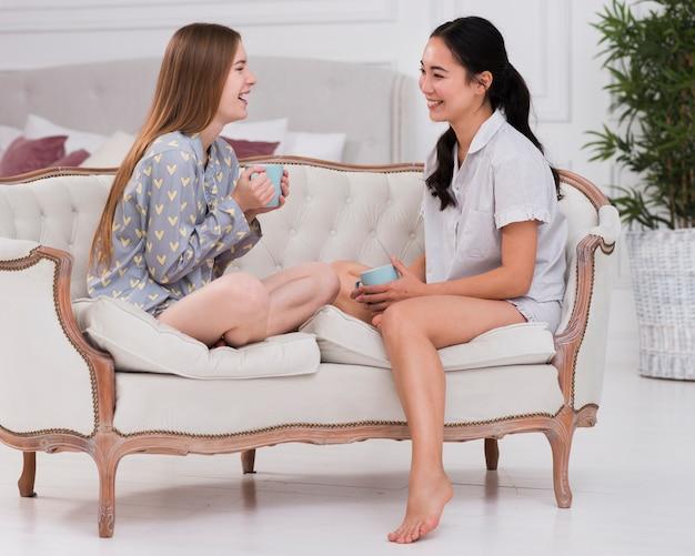 Freundinnen im pyjama-chat Kostenlose Fotos