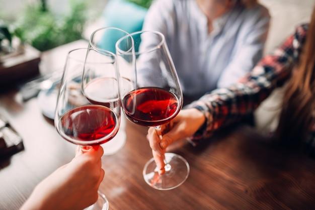 Freundinnen stoßen mit rotwein an Premium Fotos
