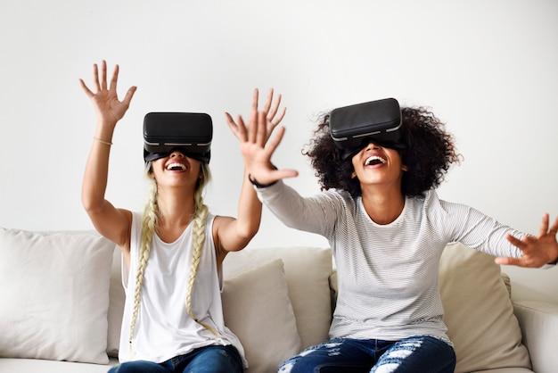 Freundinnen versuchen vr headsets Premium Fotos