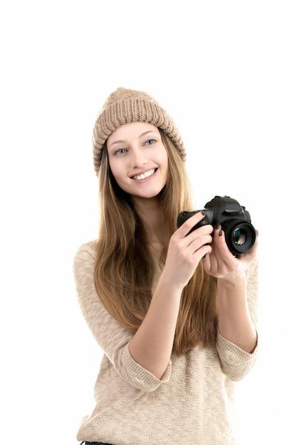 Freundliche junge frau, die mit ihrer kamera Kostenlose Fotos