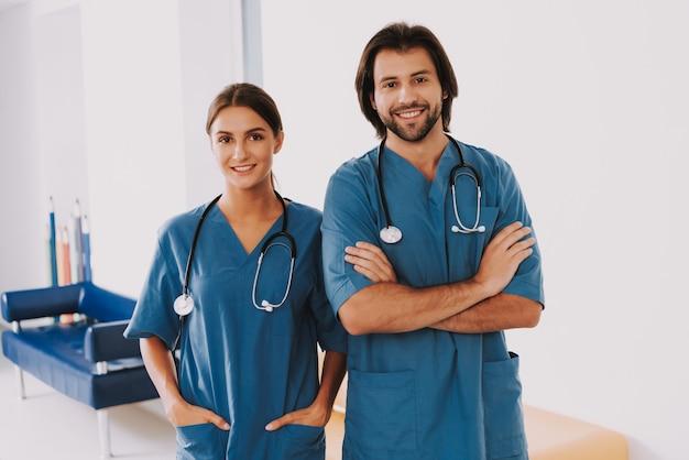 Freundliche kinderärzte in blauer uniform im flur Premium Fotos