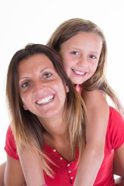 Freundliche mutter und nettes tochtermädchen in der familienliebe Premium Fotos