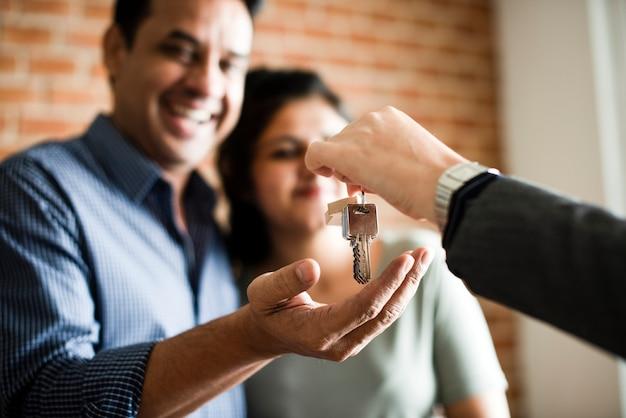 Freundliche paare mit schlüsseln zu ihrem neuen zuhause Premium Fotos