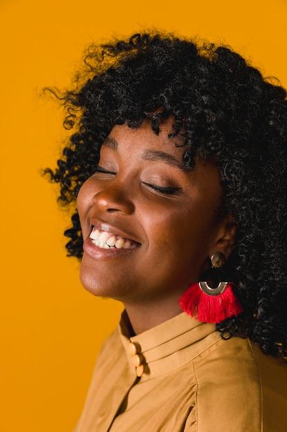 Freundliche schwarze frau, die mit geschlossenen augen lacht Kostenlose Fotos