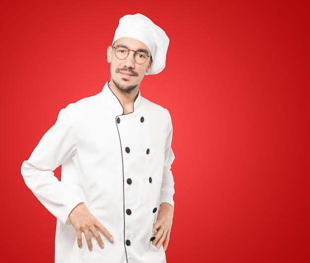 Freundlicher junger koch, der eine geste der bewunderung tut Premium Fotos