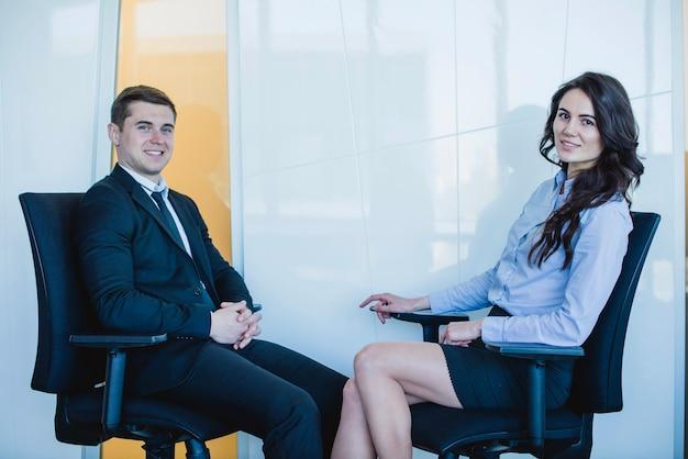Freundlicher manager sitzt auf stühlen Kostenlose Fotos