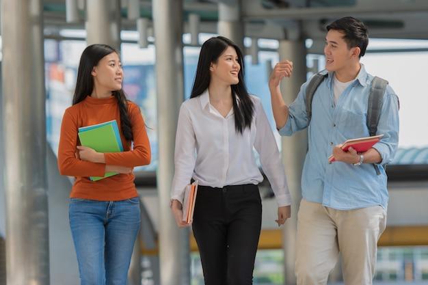 Freundschaft auf dem campus, studenten mit büchern verbringen zeit miteinander. Premium Fotos