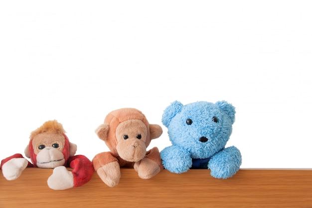 Freundschaft - die bande von teddybären und affen fängt auf dem holz Premium Fotos