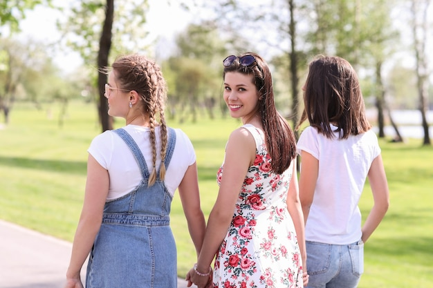 Freundschaft. frauen im park während des tages Kostenlose Fotos