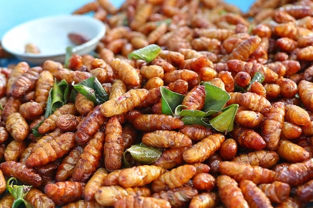 Fried insect am straßenlebensmittel Premium Fotos