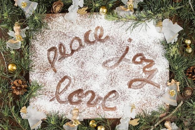 Friedensfreude liebesaufschrift auf zuckerpulver Kostenlose Fotos