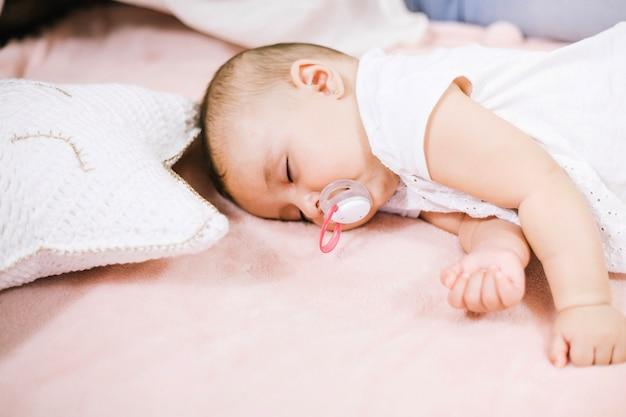Friedlich schlafendes baby Premium Fotos