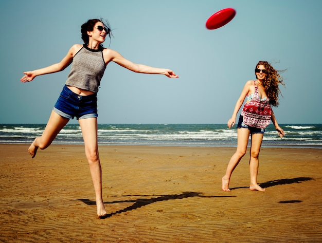 Frisbee beach chill coast sommer-weibliches mädchen-konzept Premium Fotos