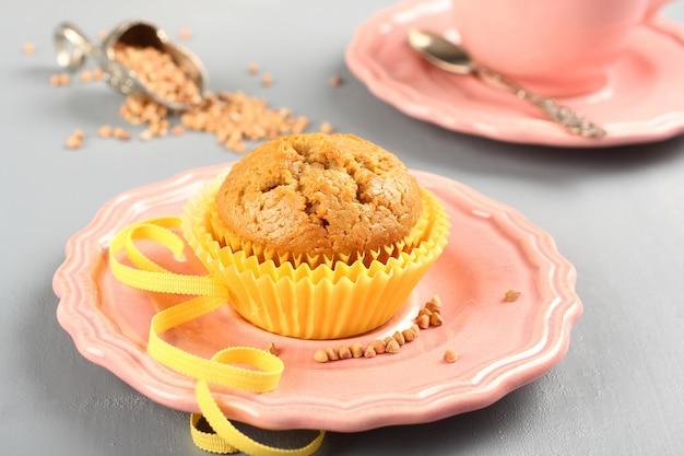 Frisch gebackene buchweizenmuffins auf der rosafarbenen platte Premium Fotos