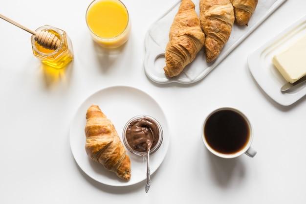Frisch gebackene croissants und kaffee. französisches frühstück. Premium Fotos