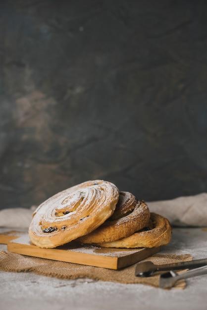 Frisch gebackene zimtschnecken mit puderzucker bestäubt Kostenlose Fotos
