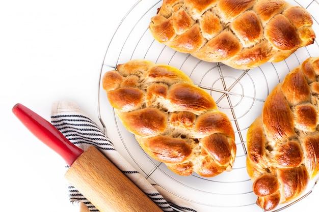 Frisch gebackener brotborten-challa-teig des selbst gemachten lebensmittelkonzeptes Premium Fotos