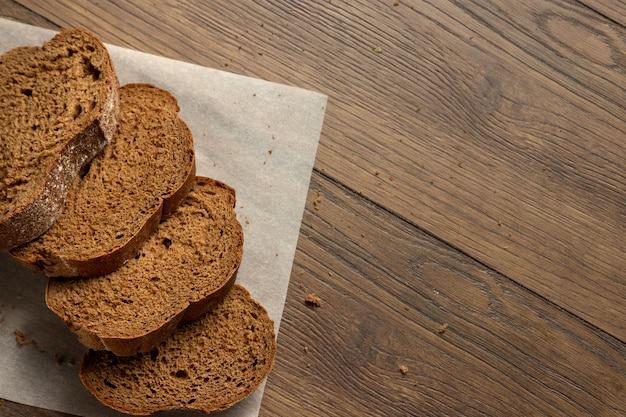 Frisch gebackenes geschnittenes roggenbrot auf einem hölzernen schneidebrett Premium Fotos