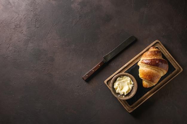 Frisch gebackenes hörnchen Premium Fotos