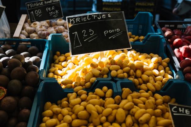 Frisch geerntete holländische samenkartoffeln (krieltjes) in der blauen kiste Kostenlose Fotos
