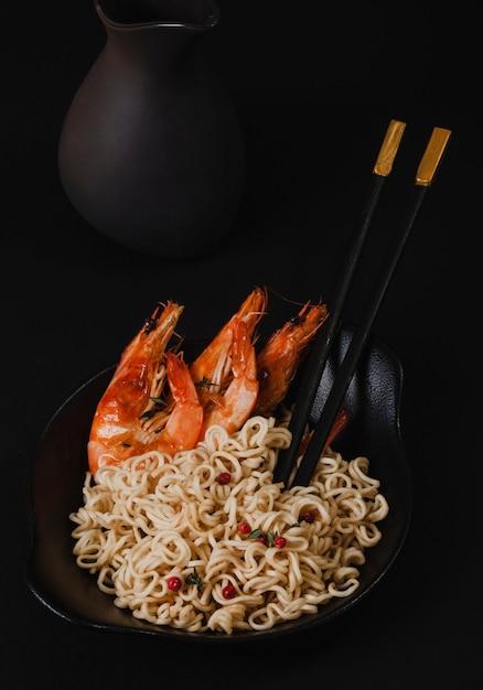 Frisch gekochte instantnudeln mit gegrillten garnelen. asiatische küche Premium Fotos