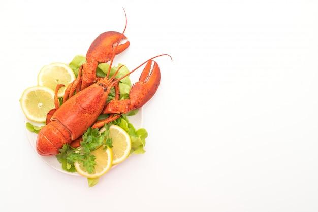 Frisch gekochter hummer mit gemüse und zitrone Premium Fotos