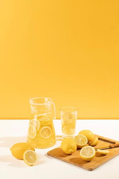 Frisch gemachte limonade der vorderansicht Kostenlose Fotos