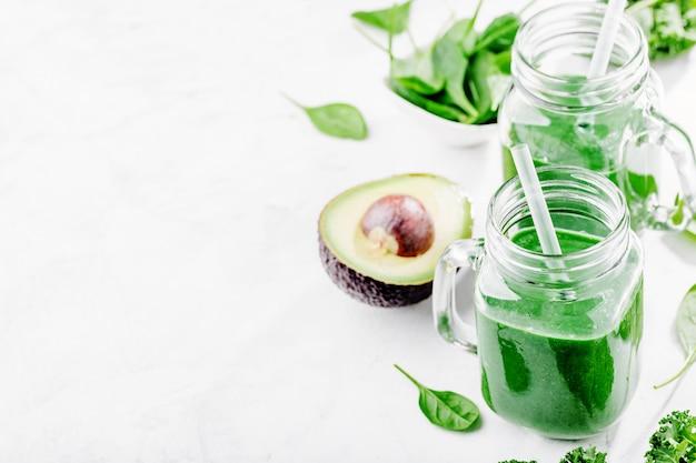 Frisch gemachter grüner smoothie in der flasche Premium Fotos