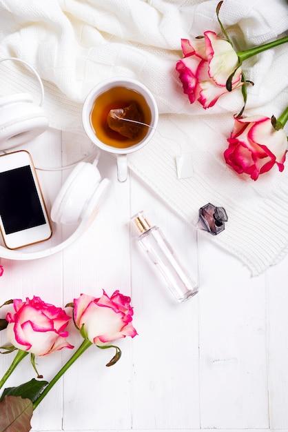 Frisch stieg mit tee und parfüm Premium Fotos