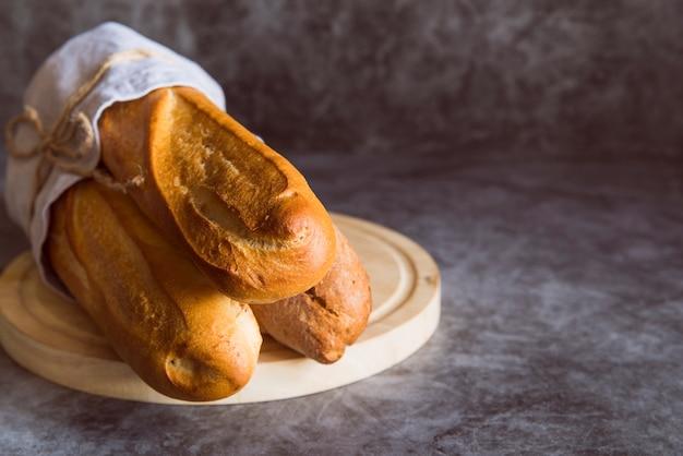 Frisch zubereitetes baguette auf dem tisch Kostenlose Fotos