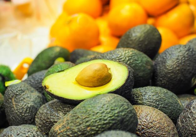 Frische avocado (bilse avocado) in supermärkten verkauft. Premium Fotos