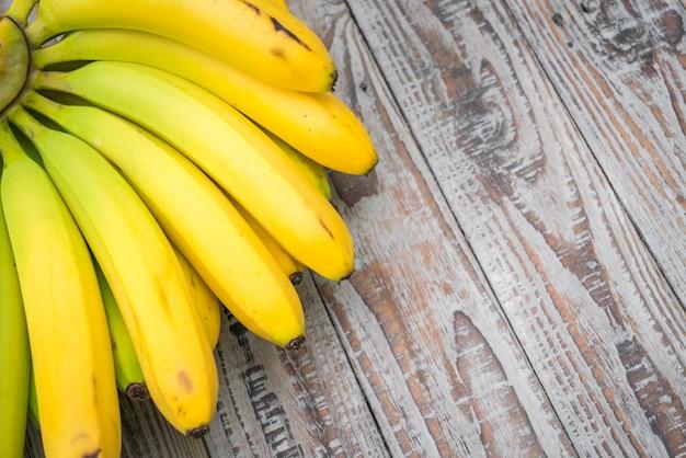 Frische bananen auf holztisch. Kostenlose Fotos