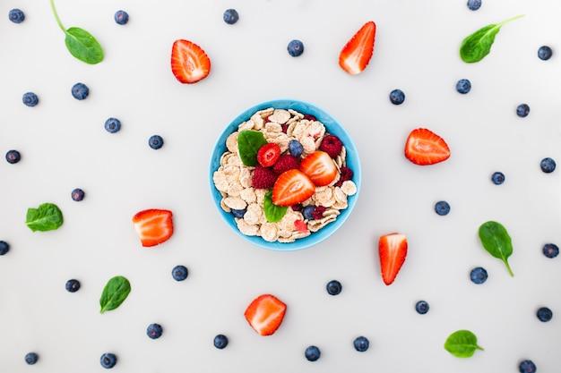 Frische beeren, joghurt und hausgemachtes müsli zum frühstück Kostenlose Fotos