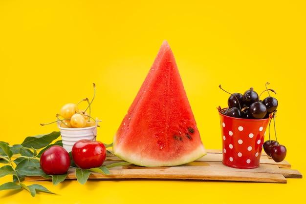 Frische blumenzusammensetzung der vorderansicht, die bunt und weich auf holzfarbfruchtvitamin ist Kostenlose Fotos