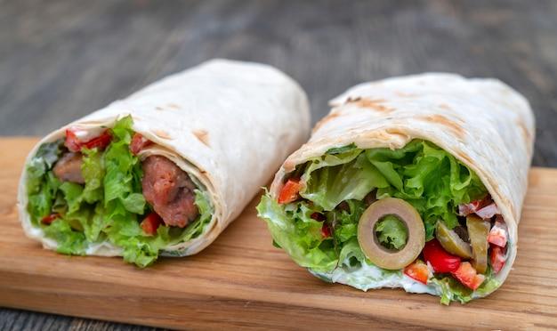 Frische brötchen mit gemüse und fleisch. Premium Fotos