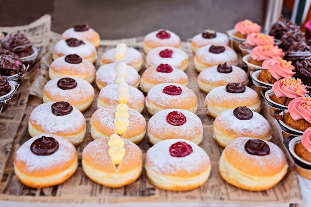 Frische brötchen mit marmelade, sahne und schokolade Premium Fotos