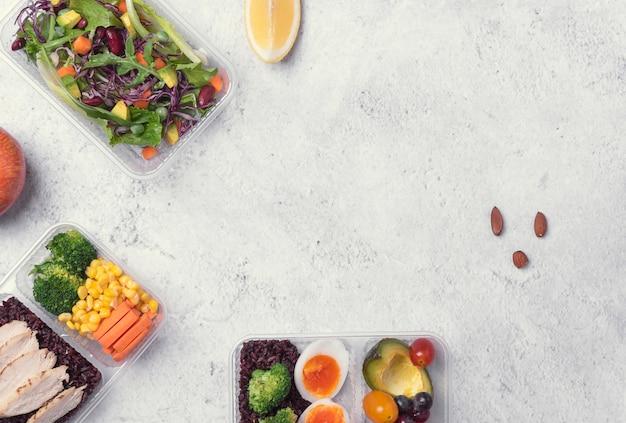 Frische brotdose der gesunden diät mit gemüsesalat auf tabelle Premium Fotos