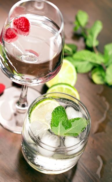 Frische cocktails mit minze und himbeere Premium Fotos