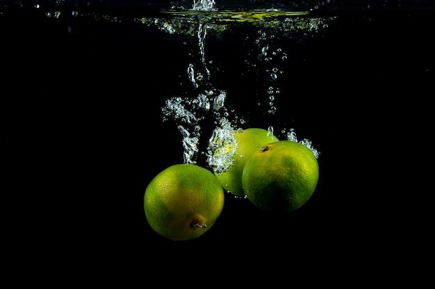Frische drei mandarinen im wasser Kostenlose Fotos