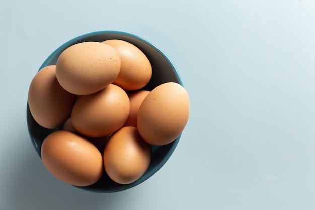 Frische eier in der schüssel. Kostenlose Fotos