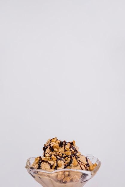Frische eiscreme mit nüssen und belag in glasschüssel Kostenlose Fotos