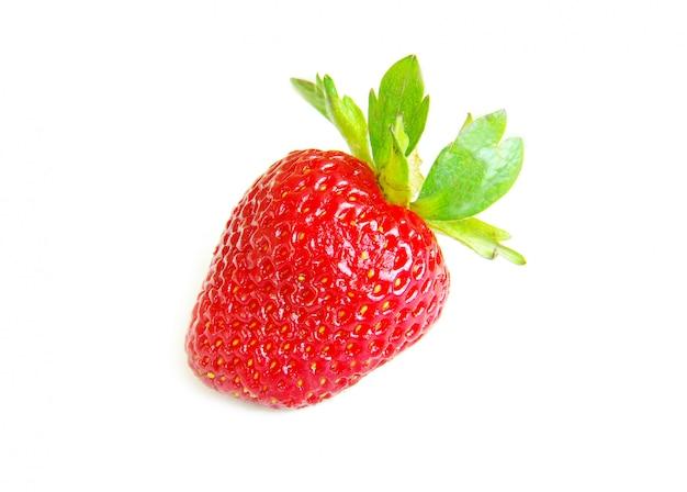 Frische erdbeere auf weißer wand Premium Fotos