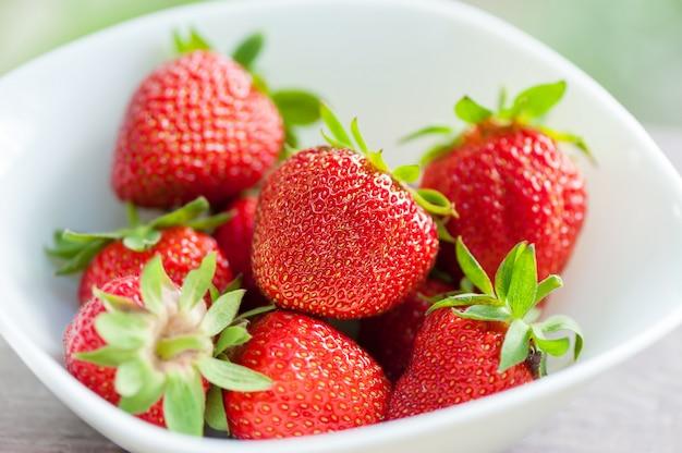 Frische erdbeere in der weißen platte. Premium Fotos