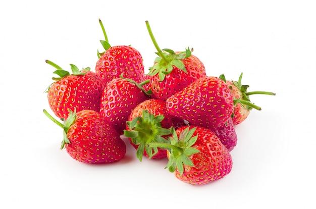 Frische erdbeeren getrennt über einem weißen hintergrund Premium Fotos