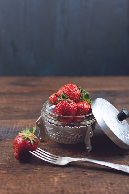 Frische erdbeeren in der metallplatte Premium Fotos